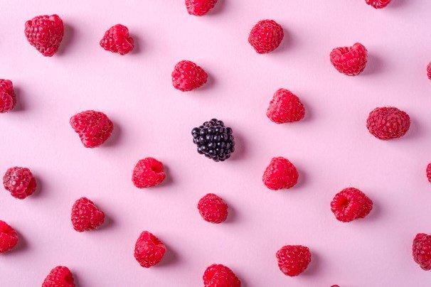 Photo de fruits rouges sur fond rose